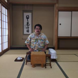 東京将棋会館の対局室で正座をする空気階段の鈴木もぐら