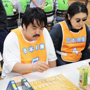 アマチュア将棋の第30回社会人団体リーグ戦に参加する空気階段の鈴木もぐら