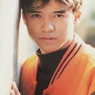 オレンジのジャケットを着た男闘呼組の成田昭次