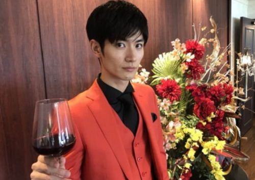 ワイングラスを持つ三浦春馬